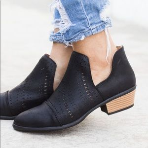 Qupid Black Tribal Cutout Booties size 8.5